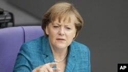 德國總理默克爾星歡迎法院裁決﹐她的政府決定參加援救計劃﹐確保歐洲貨幣的穩定。