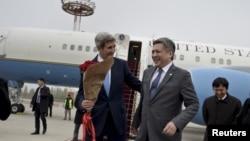 ລັດຖະມົນຕີ ຕ່າງປະເທດ ສະຫະລັດ ທ່ານ John Kerry (ຊ້າຍ) ຍີ້ມຫົວ ກັບ ລັດຖະມົນຕີ ຕ່າງປະເທດ Kyrgyztan ທ່ານ Erlan Abdyldaev (ຂວາ)