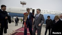 Ngoại trưởng John Kerry (ở giữa, bên trái) và Ngoại trưởng Kyrgyzstan Erlan Abdyldaev tại sân bay quốc tế Manas ở Bishkek, 31/10/2015.