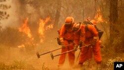 12일 미국 서부 캘리포니아 쉬프랜치에서 소방관들이 산불 진화작업을 벌이고 있다.