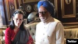 فلم کا ایک منظر جس میں منموہن سنگھ سونیا گاندھی کے ساتھ کھڑے ہیں