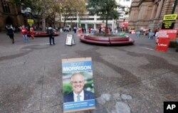 A plÜzərində Avstraliyanın baş naziri Skot Morrisonun şəkli əks olunan plakat.