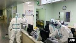 Anggota staf medis din Rumah Sakit Zhongnan di Wuhan, Provinsi Hubei, China, 22 Januari 2020. Sehari kemudian pemerintah China mengkarantina Wuhan untuk mencegah penyebaran virus Corona jenis baru. (Foto: AFP)