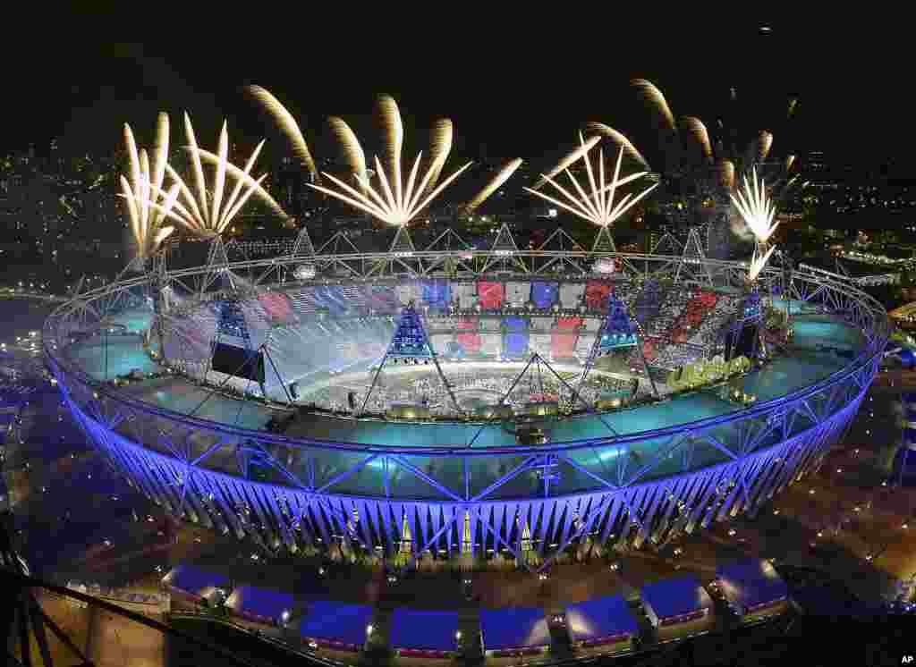 Los fuegos artificiales iluminan el estadio Olímpico en Londres.