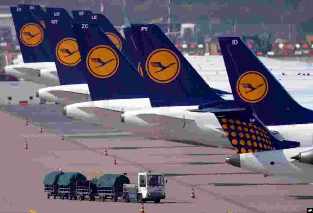 Avioni Lufthanse prizemljeni na aerodromu u Duesseldorfu, nakon što su zaposleni na servisiranju aviona najveće njemačke avio-kompanije odlučili na jednodnevnu obustavu rada.