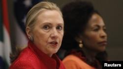 美國國務卿希拉里-克林頓(左)與南非外長馬沙巴內(右)