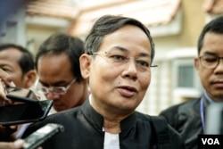 Kem Sokha's laywer, Pheng Heng, talks to reporters front of the Phnom Penh Municipal Court after Kem Sokha's Trial ended on January 16, 2020. (Malis Tum/VOA Khmer)