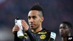 Pierre-Emerick Aubameyang de Dortmund à la fin d'un match de la Bundesliga à Cologne, en Allemagne, le samedi 10 décembre 2016.