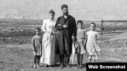 Hacı Zeynalabdin Tağıyev ailə üzvləri ilə