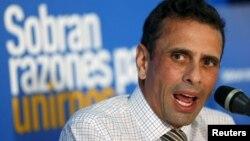 El gobernador de Miranda, Henrique Capriles, habla durante una conferencia de prensa en Caracas.