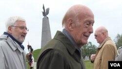 法國前總統德斯坦2012年9月在莫斯科郊外的博羅金諾出席俄法博羅金諾大戰200週年紀念儀式。背景是法國100年前出資興建的法軍陣亡將士紀念碑。紀念碑頂部雄鷹象徵拿破崙帝國國徽。當地曾是拿破崙指揮部。 (美國之音白樺拍攝)