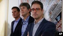 De izquierda a derecha, Juan Carlos Cruz, James Hamilton y José Andrés Murillo, hablan con periodistas en la Asociación de Prensa Extranjera en Roma. Los tres chilenos, que han denunciado haber sido víctimas de abuso sexual de un obispo chileno, se reunieron con el Papa Francisco. Mayo 2 de 2018.