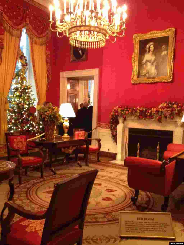 ສ່ວນນຶ່ງຂອງຫ້ອງສີແດງ ຫລື Red Room ຂອງທໍານຽບຂາວ. (White House Christmas Tour, Dec. 22, 2012)