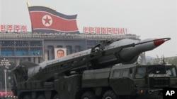 지난 2010년 10월 평양 김일성광장에서 열린 조선노동당 창건 65주년 기념 열병식에 등장한 '무수단' 추정 미사일. (자료사진)