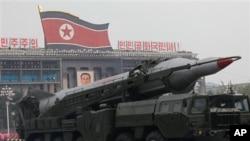 Xe chở tên lửa của Bắc Triều Tiên trong một cuộc diễu hành quân sự hàng năm tại Quảng trường Kim Il Sung ở Bình Nhưỡng.
