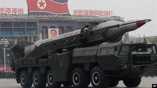 Korea Utara memamerkan misilnya dalam parade militer di Pyongyang (foto: dok). Pejabat Korsel menduga Korut akan melakukan ujicoba misil.