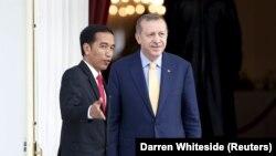 Presiden Indonesia Joko Widodo (kiri) dan Presiden Turki Recep Tayyip Erdogan mengobrol sambil melihat taman dari balkon di istana presiden di Jakarta, 31 Juli 2015. (Foto: REUTERS/Darren Whiteside)