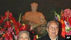 華國鋒夫婦2006年12月26日參加毛澤東生辰紀念儀式。