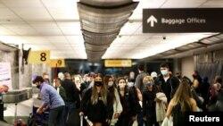 科羅拉多州丹佛市機場的旅客佩戴口罩旅行(2020年11月24日)