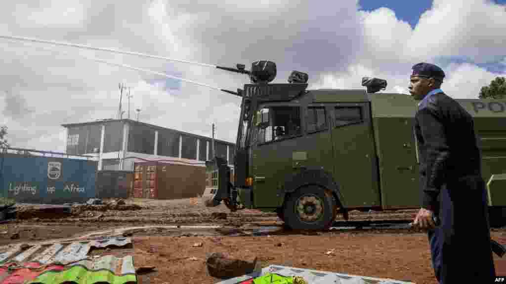 La police kényane utilise un véhicule muni d'une lanceà eau contre les partisans de la coalition du Super Alliance nationale (NASA) lors d'affrontements à Kibera, à Nairobi, le 26 octobre 2017.