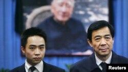 Mantan pemimpin partai komunis Chongqing, Bo Xilai (kanan) dan anaknya Bo Guagua berpose di depan foto ayahnya, politisi partai komunis, Bo Yibo (Foto: dok). Bo Guagua, membantah tuduhan terkait pembiayaan kehidupan mewah dan pendidikannya di luar negeri.