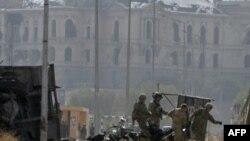 Место теракта в Кабуле. Американские солдаты выносят убитого.