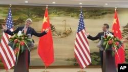 正在中国访问的美国国务卿克里(左)同中国外长王毅(右)共同举行了新闻发布会。