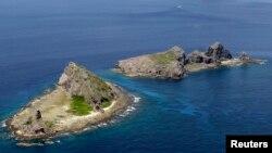 일본과 중국의 영유권 분쟁 도서인 센카쿠 열도, 중국 명 댜오위다오. 사진은 센카쿠 열도 중 일부인 미나미코지마 섬(왼쪽)과 키타코지마 섬. (자료사진)