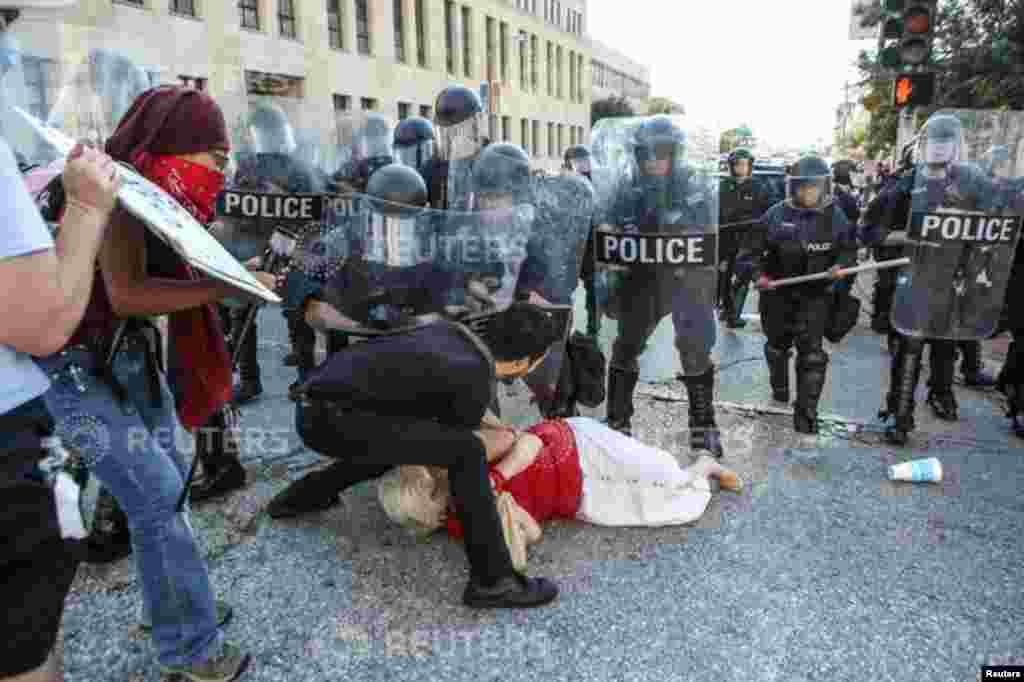 Une manifestant, poussée par la police, est aidée par un autre manifestant, à Saint Louis, le 15 septembre 2017.