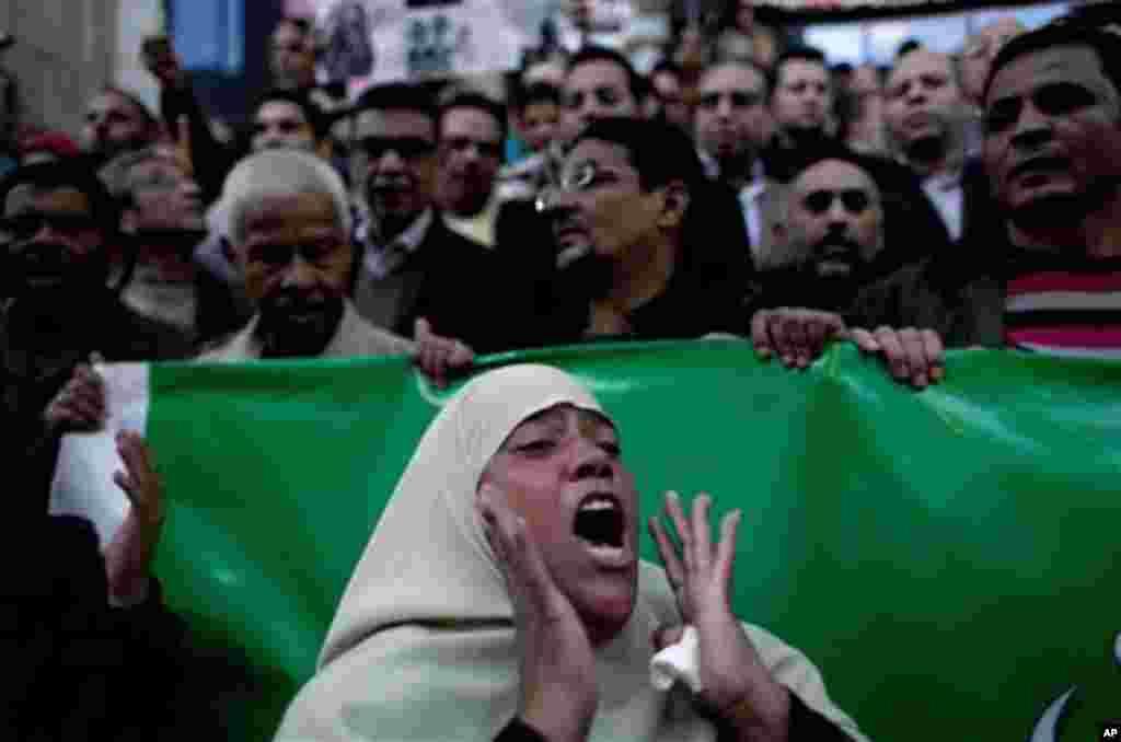지난달 17일 이집트 카이로에서 무르시 정부에 반대하는 시위대.