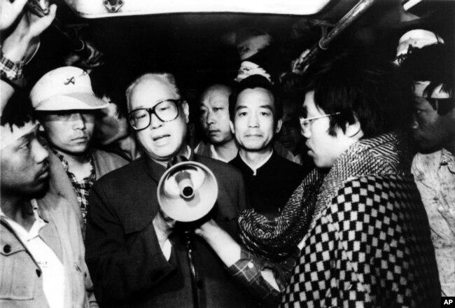 1989年5月19日,中共总书记赵紫阳在北京天安门广场同绝食的学生谈话