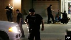7月7日四名警察被枪击致死事件后 达拉斯市警方查询过往车辆