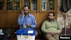 İran rəsmiləri məsciddə səsverməyə nəzarət edir