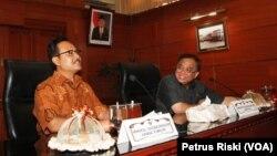 Wagub Jawa Timur Saifullah Yusuf bersama Menko Kemaritiman RI Indroyono Soesilo saat berkunjung di Kantor Gubernur Jawa Timur, 14 November 2014 (Foto: VOA/Petrus Riski)