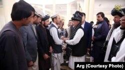 محمد اشرف غنی، رئیس جمهور افغانستان، حین دیدار با شماری از باشندگان شهر غزنی پس از جنگ