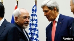 အေမရိကန္ႏုိင္ငံျခးေရးဝန္ႀကီး John Kerry (ယာ)၊ အီရန္ႏုိင္ငံျခားေရးဝန္ႀကီး Mohammad Javad Zarif (ဝဲ)