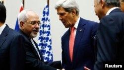 Джон Керри приветствует Мохаммада Джавада Зарифа в миссии ООН в Женеве, Швейцария. 24 ноября 2013 г.