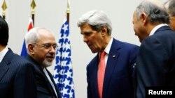 Ngoại trưởng Mỹ John Kerry và Bộ trưởng Ngoại giao Iran Mohammad Javad Zarif (trái) tại trụ sở LHQ ở Geneva, hình chụp ngày 24/11/2013.