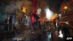 Petugas pemadam kebakaran mencoba untuk memadamkan api yang berkobar di sebuah klub malam di Santa Maria, 550 kilometer dari Porto Alegre, selatan Brazil, 27 Januari 2013. (AFP PHOTO / AGENCIA RBS / BRAZIL OUT)