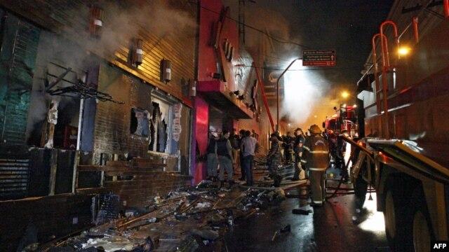 Nhân viên cứu hỏa cố gắng dập tắt đám cháy tại vũ trường ở Santa Maria, 550 Km từ Porto Alegre, miền nam Brazil, ngày 27/1/2013.
