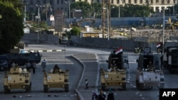 2013年8月18日,埃及裝甲車輛和軍人駐守在首都開羅的博物館前面