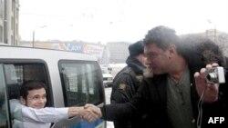 Борис Немцов обменивается рукопожатием с активистом движения «Солидарность» Ильей Яшиным перед отправкой в суд. Москва. 2 января 2011 года
