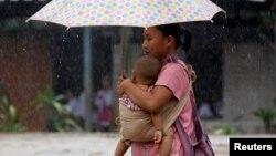 Một người phụ nữ bế con trong trại tị nạn Mae La, gần biên giới Thái Lan-Myanmar. Cao ủy Tị nạn LHQ cho biết hơn 68 triệu người trên toàn thế giới bị thất tán nhà cửa trong năm 2017. Đây là con số cao nhất từ trước tới nay.
