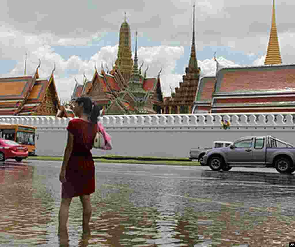 大水迫近曼谷大王宫的宫墙