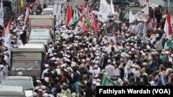 Massa dari dua kubu, pro dan anti Gubernur DKI Jakarta non aktif Basuki Tjahaja Purnama melakukan aksi unjuk rasa di depan Pengadilan Negeri Jakarta Utara, Selasa (27/12). (VOA/Fathiyah Wardah).