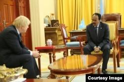 Le chef de la diplomatie britannique Boris Johnson avec le président somalien Mohamed Abdullahi Mohamed, à Mogadiscio, Somalie, le 15 mars 2017.