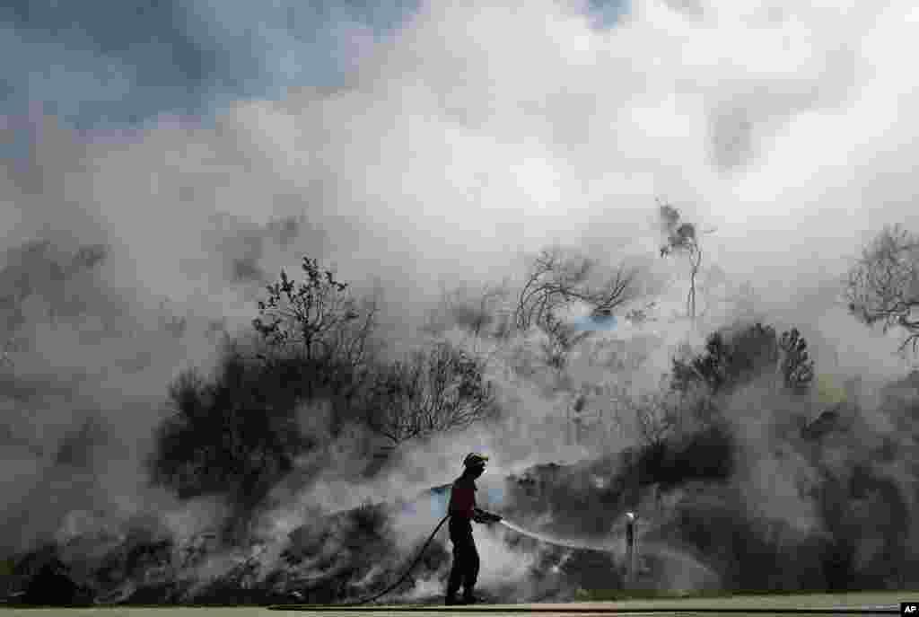 Nhân viên chữa cháy chống lại ngọn lửa ở Vouzela, Bồ Đào Nha. Hơn 600 nhân viên chữa cháy đã được huy động để trấn áp sáu đám cháy rừng tại nước này.