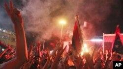 반군의 입성을 환영하는 트리폴리 시민들