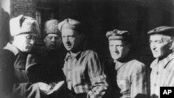 1945'de savaş sonrası Auschwitz toplama kampından sağ kurtulan Yahudiler