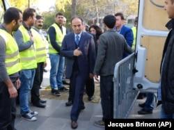 Seçim çalışmaları nedeniyle Paris'e gelen HDP Urfa Milletvekili Osman Baydemir de gösteriye katıldı. Fransız Sol Parti liderlerinden Jean Luc Melanchon, Fransa Alevi Dernekleri Federasyonu, SOS Racisme de protesto gösterisine destek verdiler